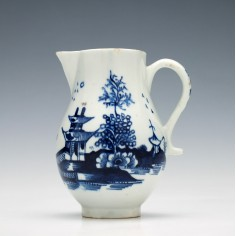 A Sparrrow Beak Fence and Pagoda Pattern Lowestoft Porcelain Jug c1790